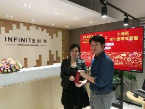 獲【香港社會創新及創業發展基金】【SIE FUND】支助社企【AESIR】 項目總監【陳浩升】(Ernest Chan)頒贈紀念品予參與【創業項目路演】的【多媒體營鎖推廣】項目。